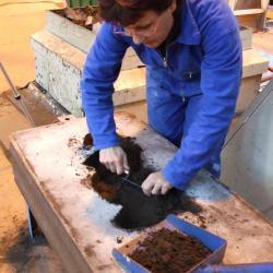 creuser le sable pour l'emprunte du modèle