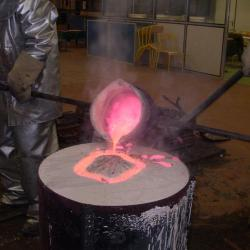 couler le métal en fusion